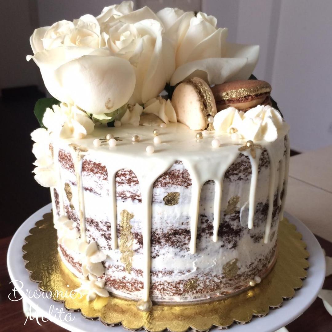 Semi Naked Drip de Brownies con Rosas y Macarons