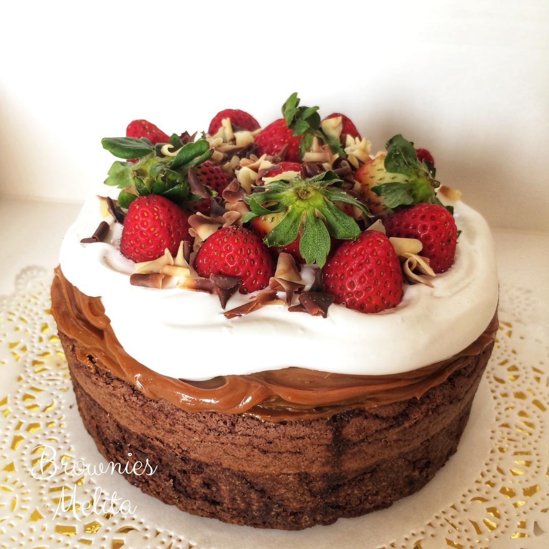 Brownie Cake con Fresas y Chocolates