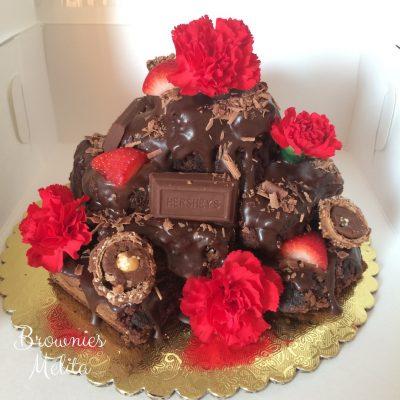 Brownies con Drip de Chocolate, claveles, ferreros, chocolate y fresas